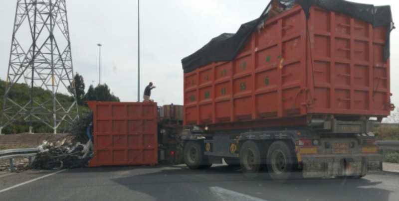 עומס כבד בצומת אשדוד: משאית התהפכה לאחר תאונת דרכים