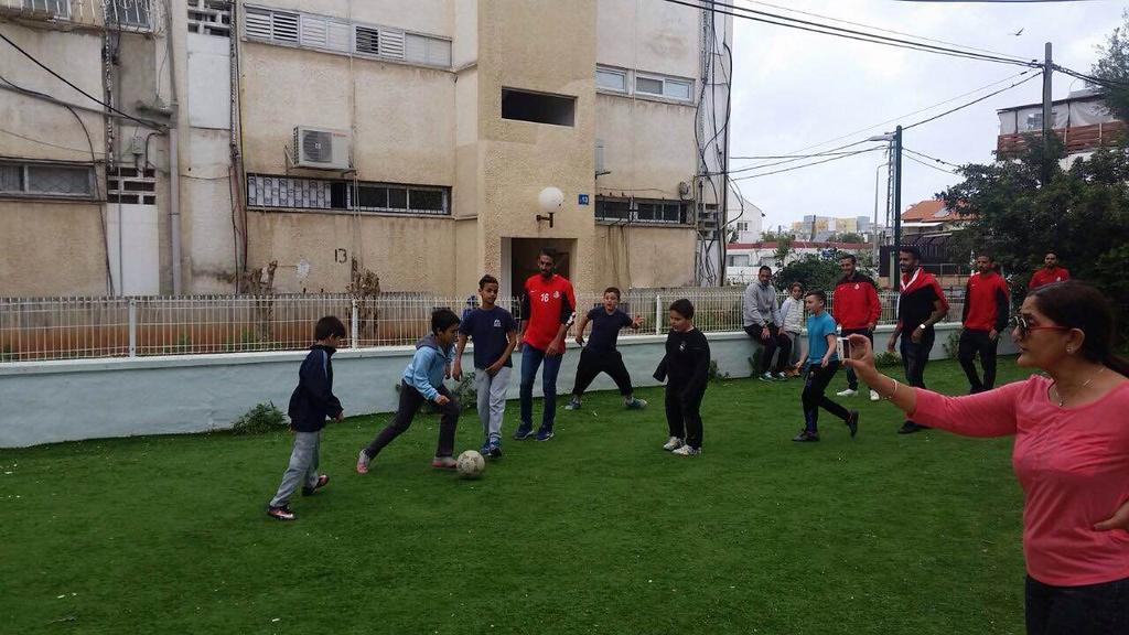 שחקני מ.ס ברגע של נחת עם הילדים. במשחק כדורגל משותף. (צילום: באדיבות מ.ס אשדוד)