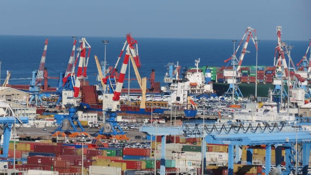 תמונה צבעונית של נמל אשדוד