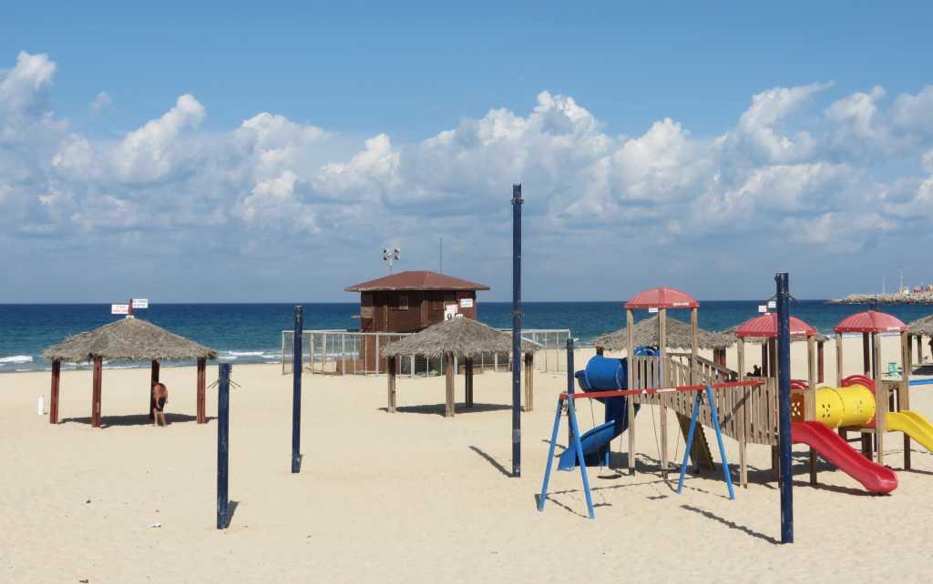 משחקי ילדים בחוף הים