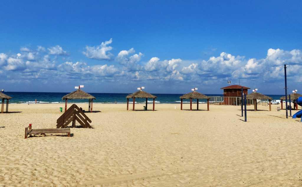 חוף הים אשדוד ריק מאנשים
