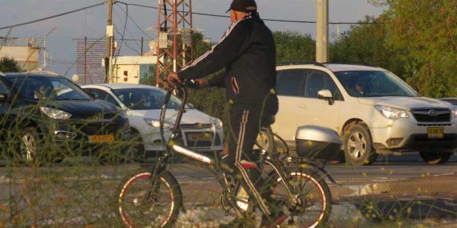 תושב אשדוד נוסע באופניים חשמליים