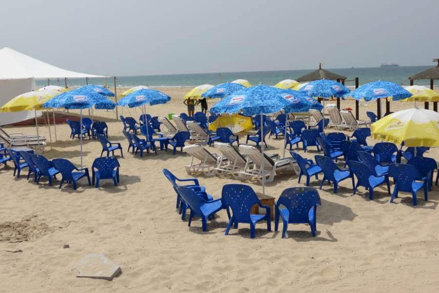 כיסאות נוח בחוף הים