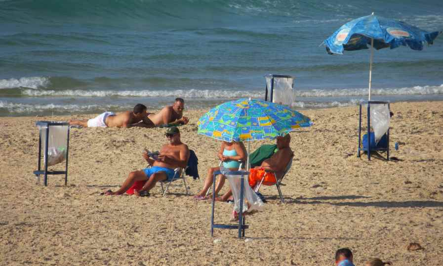 אנשים משתזפים על החול