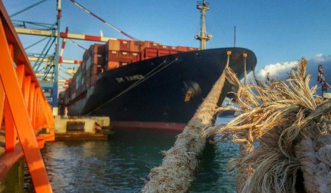 ספינה קשורה בחבל