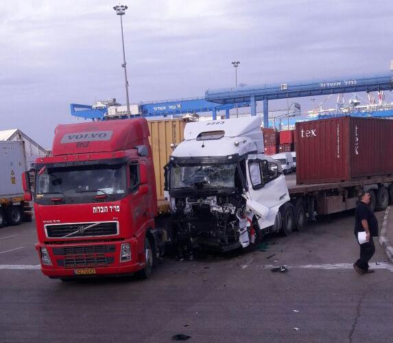 תאונה בין שתי משאיות בכניסה לנמל אשדוד