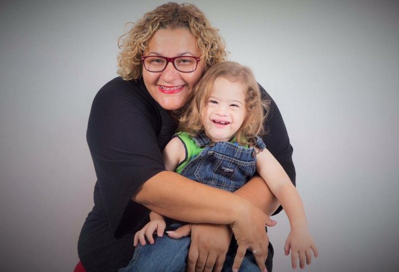 אישה מחובקת עם ילד