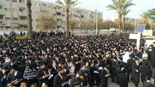 צפו אלפי חסידי גור מפגינים באשדוד