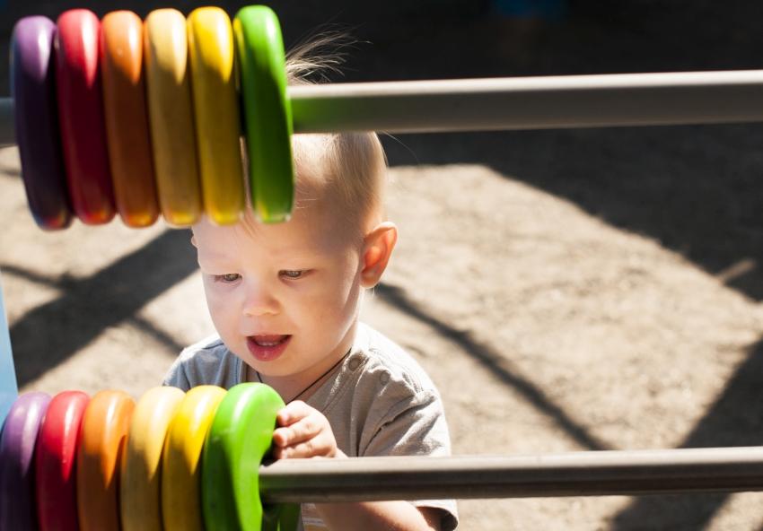 ילד משחק בפארק