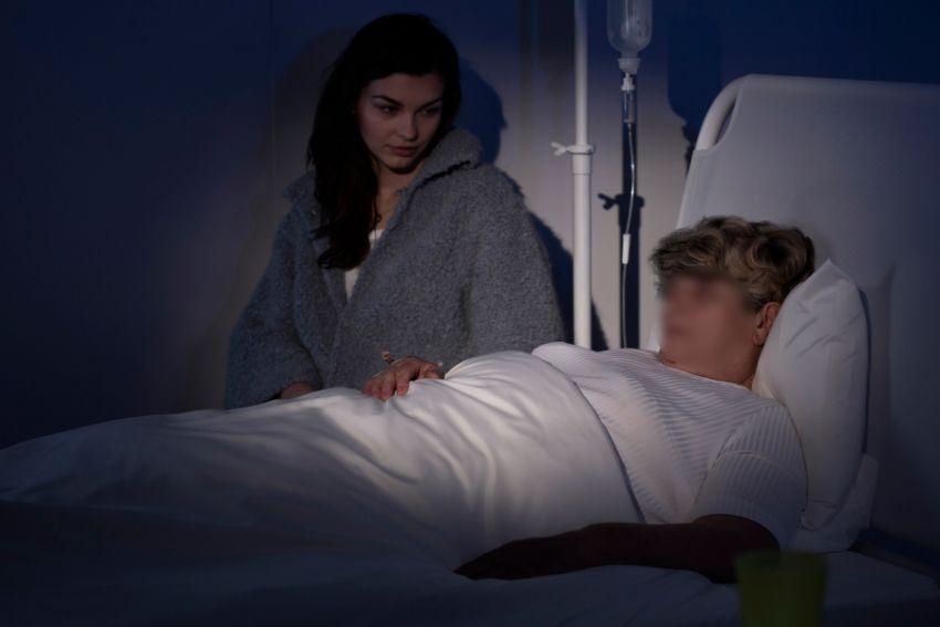 אישה חולה על מיטה
