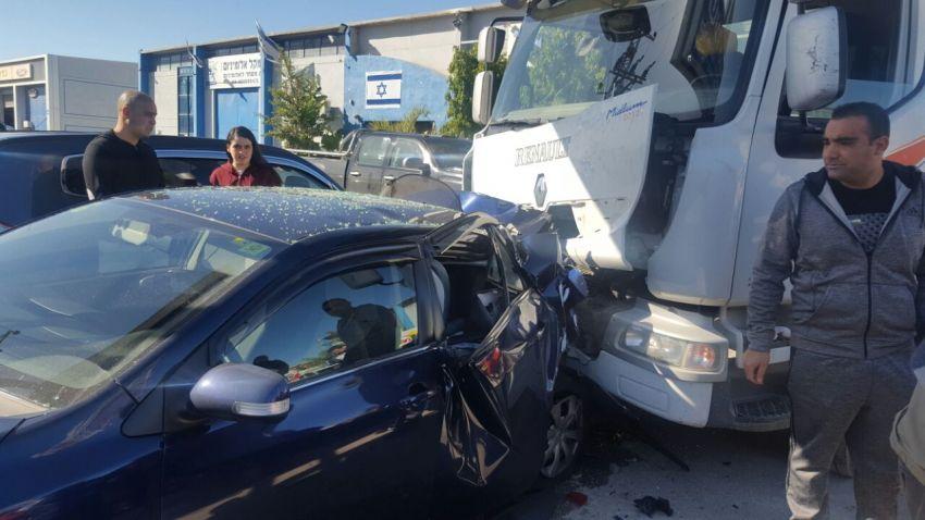 תאונה בין משאית לרכב באזור התעשיה (צפו בתמונות)