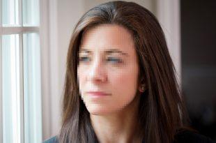 אישה עם פנים מטושטשות