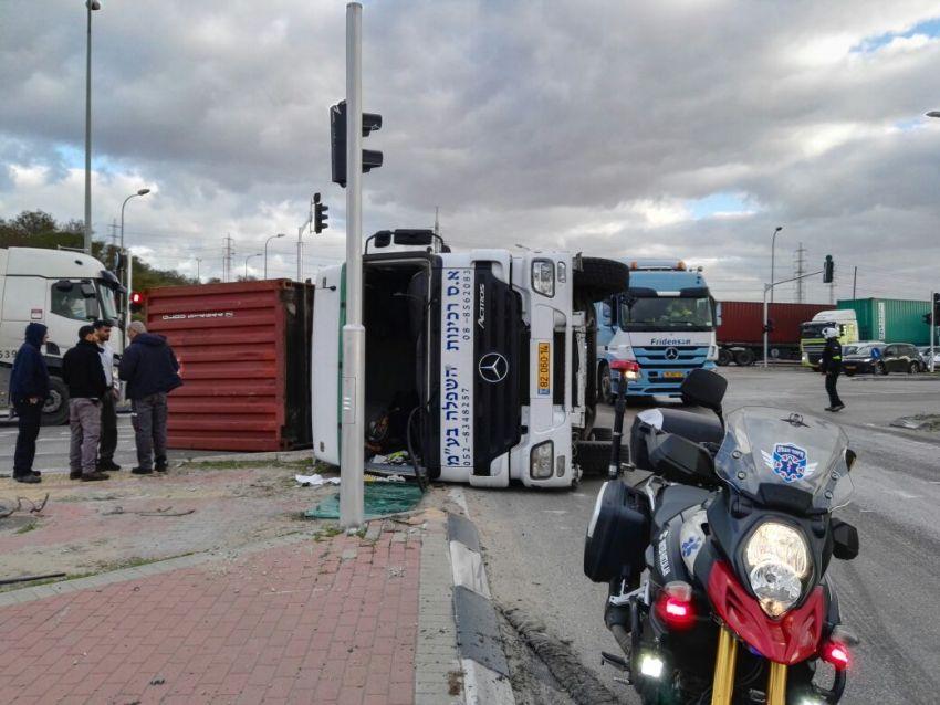 עומסים כבדים בעקבות משאית שהתהפכה ביציאה מהעיר