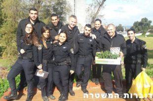 """שוטרים מתחנת אשדוד הגיעו לנטוע עצים בגן """"גלשנים"""" לחינוך מיוחד"""