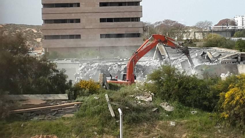"""אחרי יותר מ-30 שנה: מבנה """"בית החולים"""" ביציאה הדרומית נהרס"""