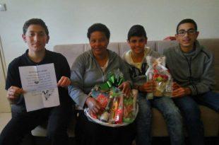 """מרגש: תלמידי ישיבת אמי""""ת העניקו משלוחי מנות למשפחות שכולות"""
