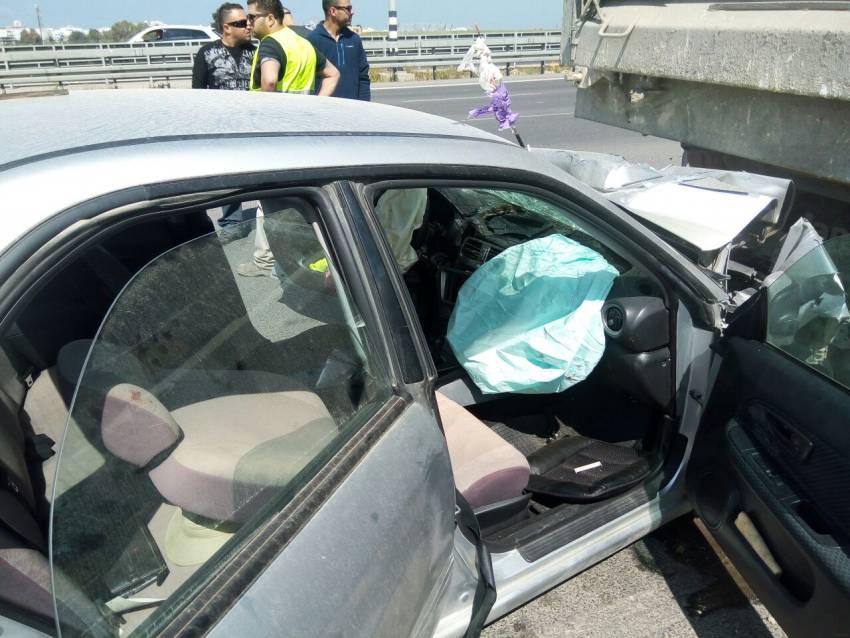פצועה אנוש בתאונה קשה בין משאית לרכב בכניסה לאשדוד