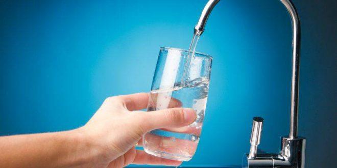 מזיגת מים מהברז