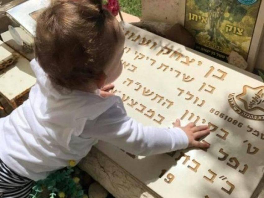 """מרגש: האחות הקטנה יעל על קבר אחיה בן וענונו ז""""ל - אמו כותבת לו עליה"""