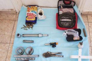 מטעני צינור וחומר נפץ נמצאו בביתו של צעיר בן 19