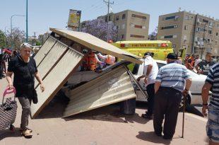 רכב פגע בתחנת אוטובוס ופצע מספר אנשים