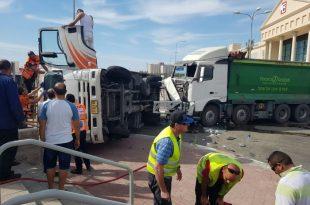משאית התהפכה בתאונת דרכים קשה - פצועים במקום (תמונות)