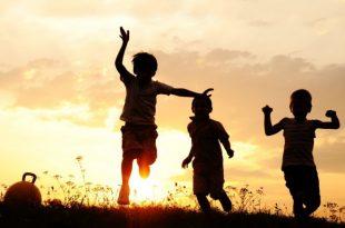 ילדים רצים בטבע
