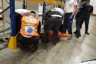 תאונת עבודה במפעל: אדם נפל מגובה ונפצע קשה