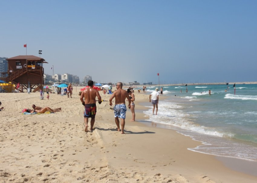 אנשים מתהלכים על החוף