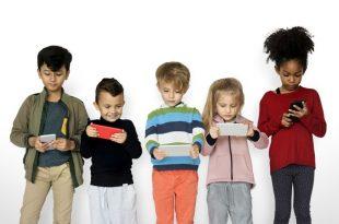 ילדים מחזיקים אייפון