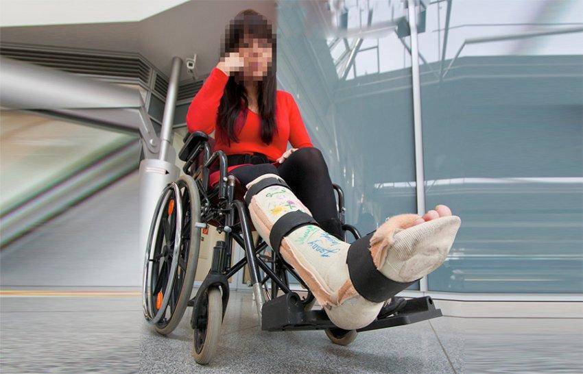 בחורה על כיסא גלגלים