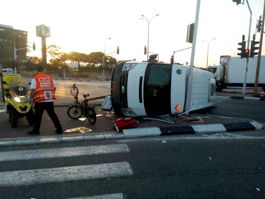 רכב התהפך ו-5 אנשים נפצעו בתאונות הבוקר