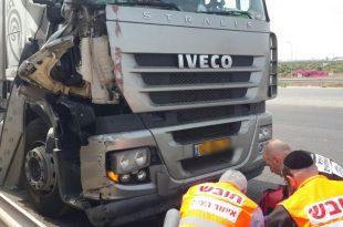 תאונה בין שתי משאיות בכניסה לאשדוד