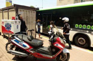 רוכב אופניים חשמליים התנגש באוטובוס ונפצע