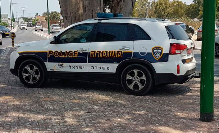 ניידת משטרה על המדרכה