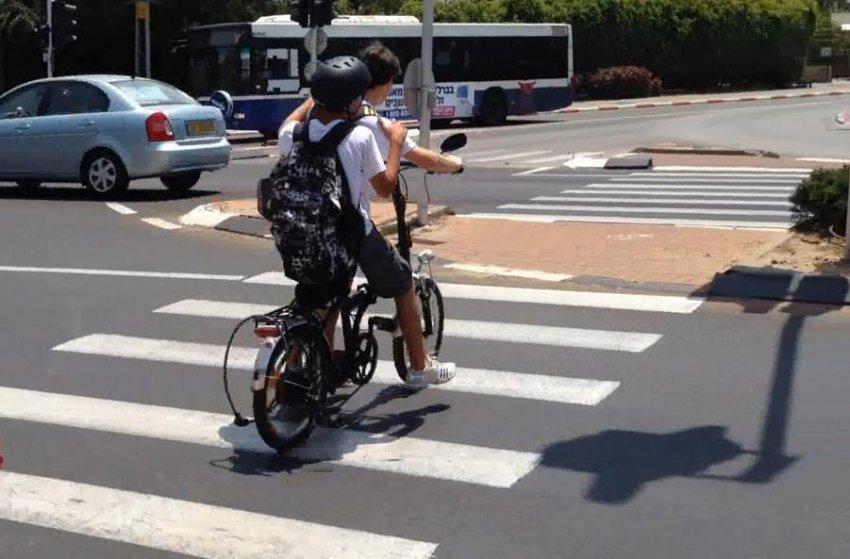 מדאיג: רוכבים על אופניים חשמליים בניגוד לחוק