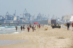 אנשים מתהלכים על חוף הים
