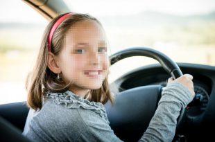 ילדה מאחורי הגה