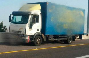 אשדודי נהג ללא רישיון במשאית והסיע נוסעים בארגז