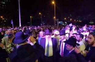 צפו: אלפי תושבי העיר חוגגים את שמחת תורה