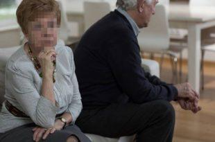 זוג מבוגרים יושבים על ספה