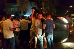 4 פצועים נלכדו ברכב שהתהפך בתאונת דרכים