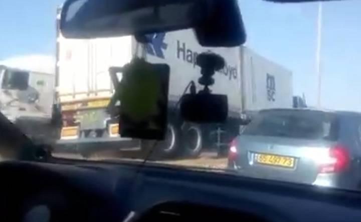 צפו: כך משאית עוקפת פקק תנועה בסמוך לנמל אשדוד