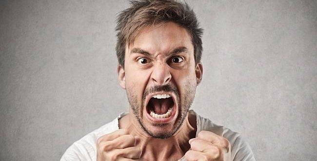 גבר מתעצבן