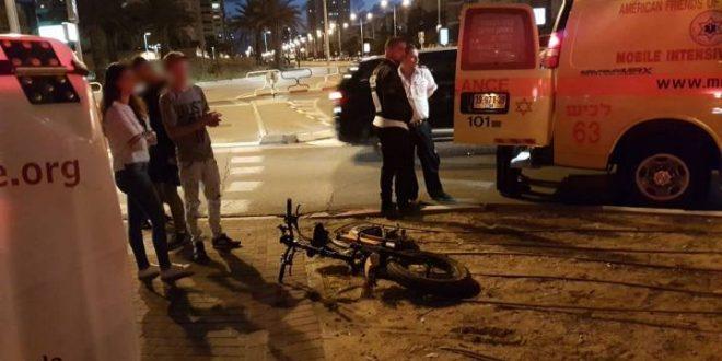 רכב פגע בחוזקה בצעיר שרכב על אופניים חשמליים ופצע אותו