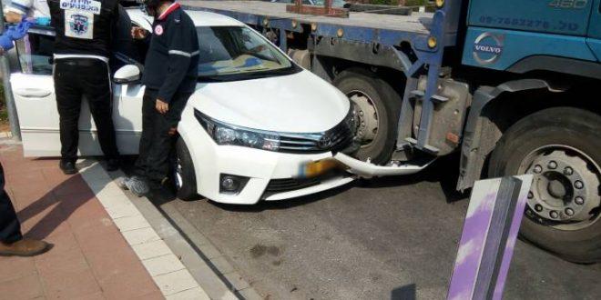 תאונה בין משאית לרכב - פצוע במקום