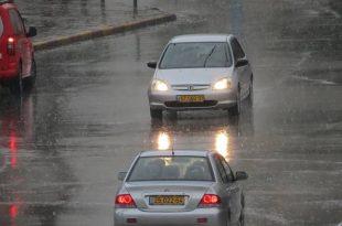 מכוניות נוסעות ביום גשום