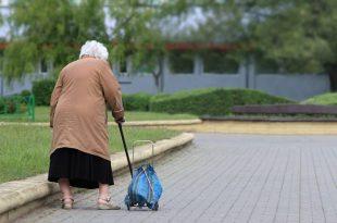 """קשישה גנבה נקניק ממעדניה ונסחטה: """"שלמי 17 אלף או שנספר למשטרה"""""""