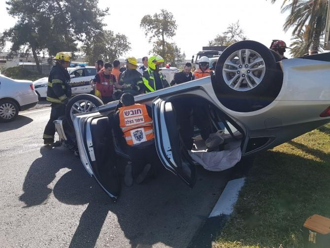רכב התהפך בתאונה עם משאית באשדוד - פצועים במקום
