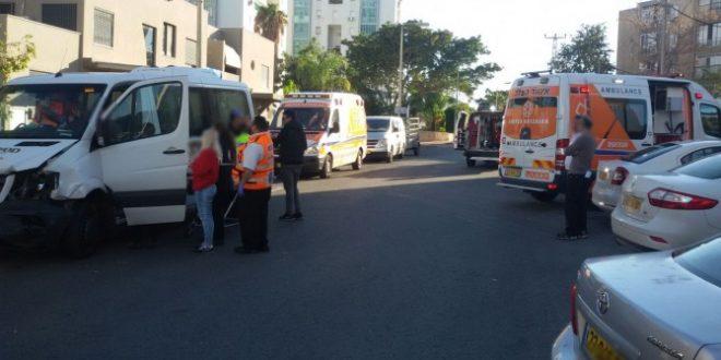 רכב הסעות פגע בעוצמה ברכב פרטי באשדוד - שני פצועים במקום